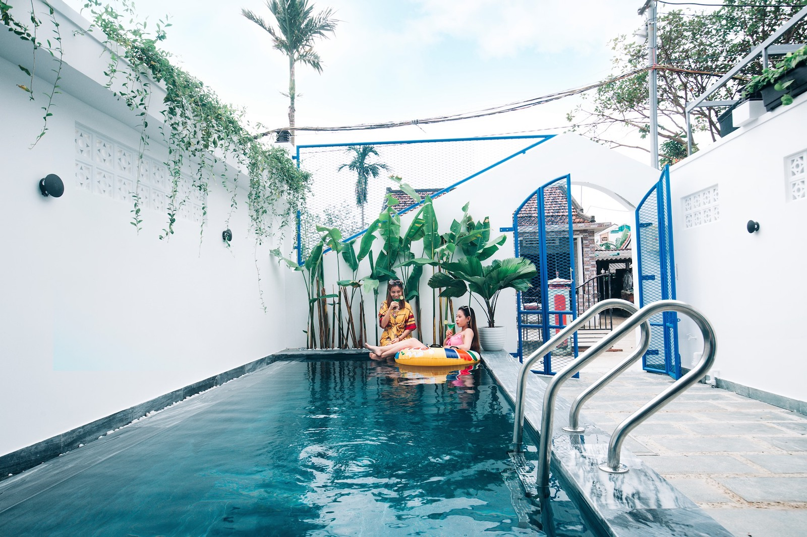 Image of two girls at the Hoi An Lazy Bear Hostel pool in Vietnam