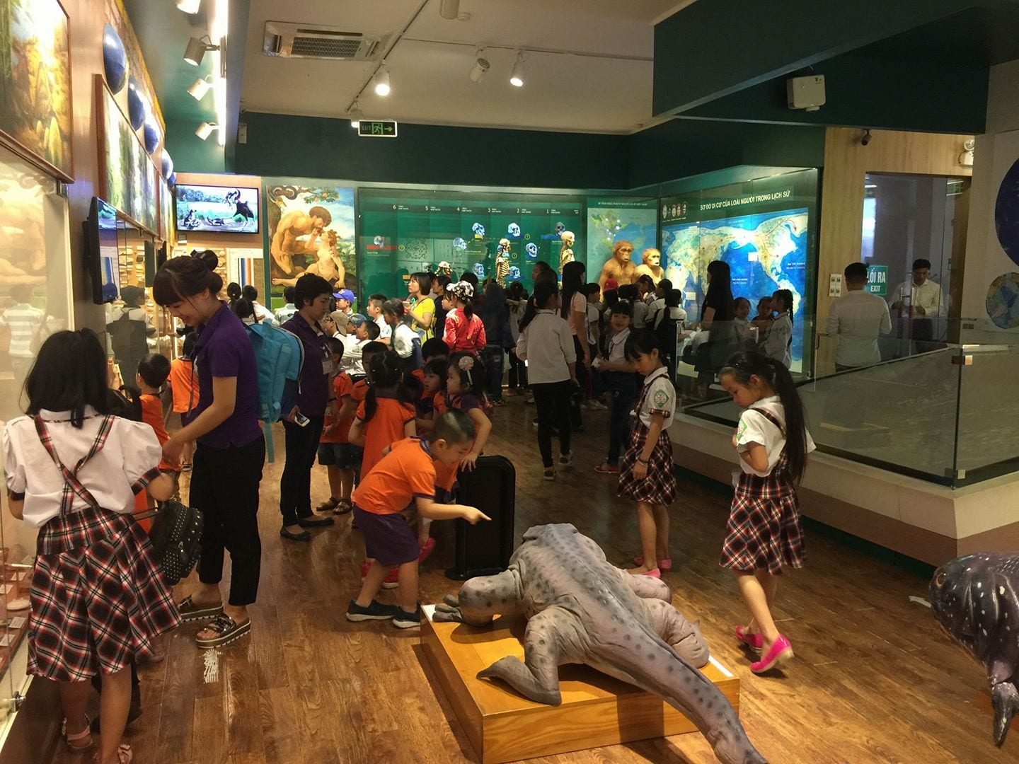 Image of kids inside the Vietnam History Museum in Ha Noi