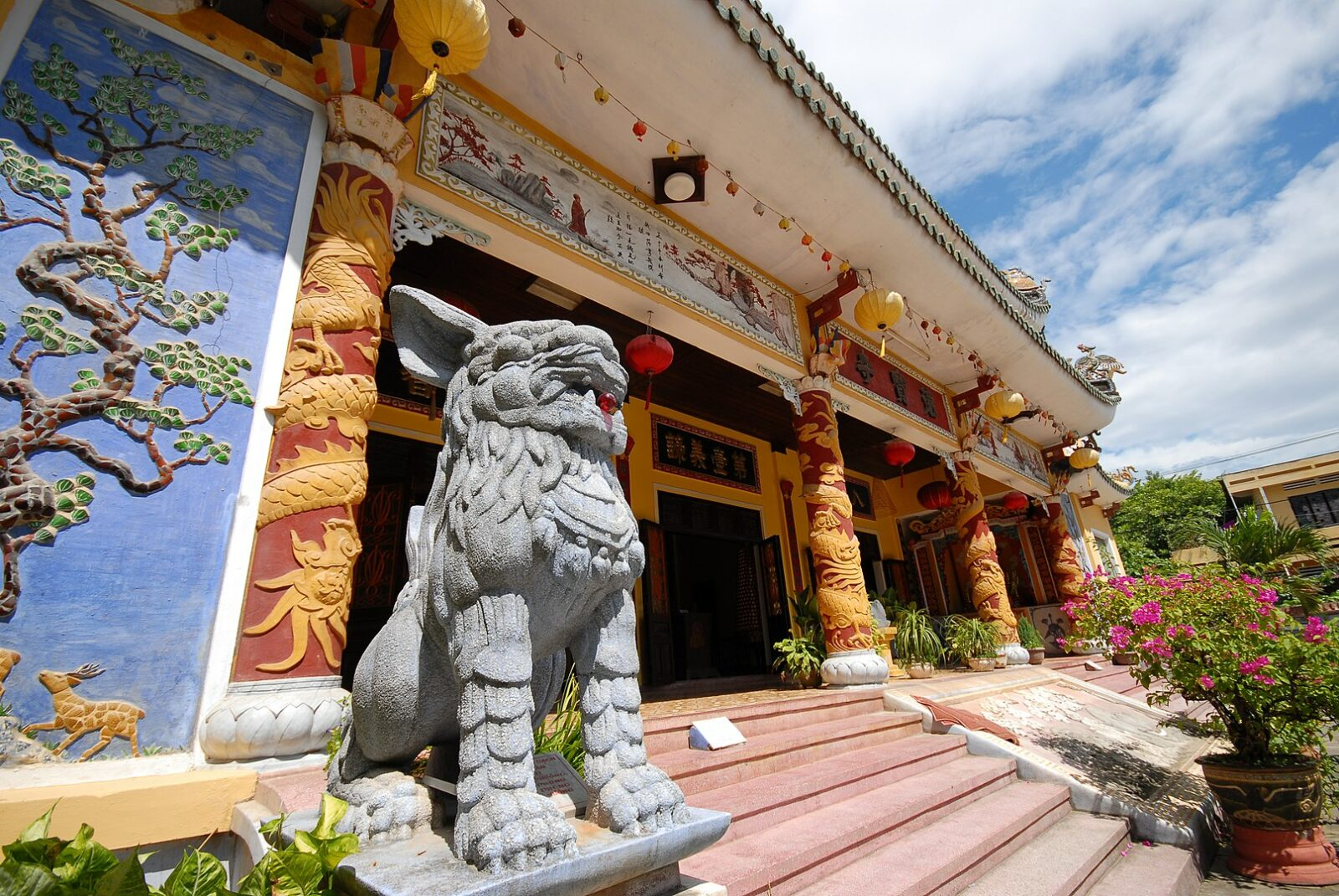 Image of a state and temple in Hoi An's ancient town in Vietnam
