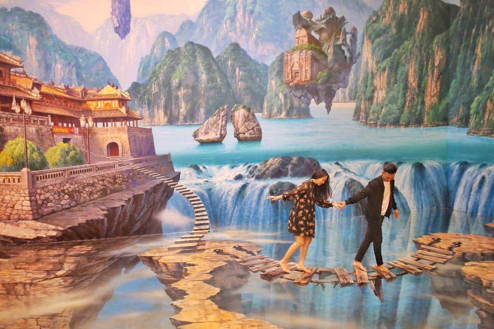 Image of a couple crossing what looks like a bridge at the Artinus VN gallery