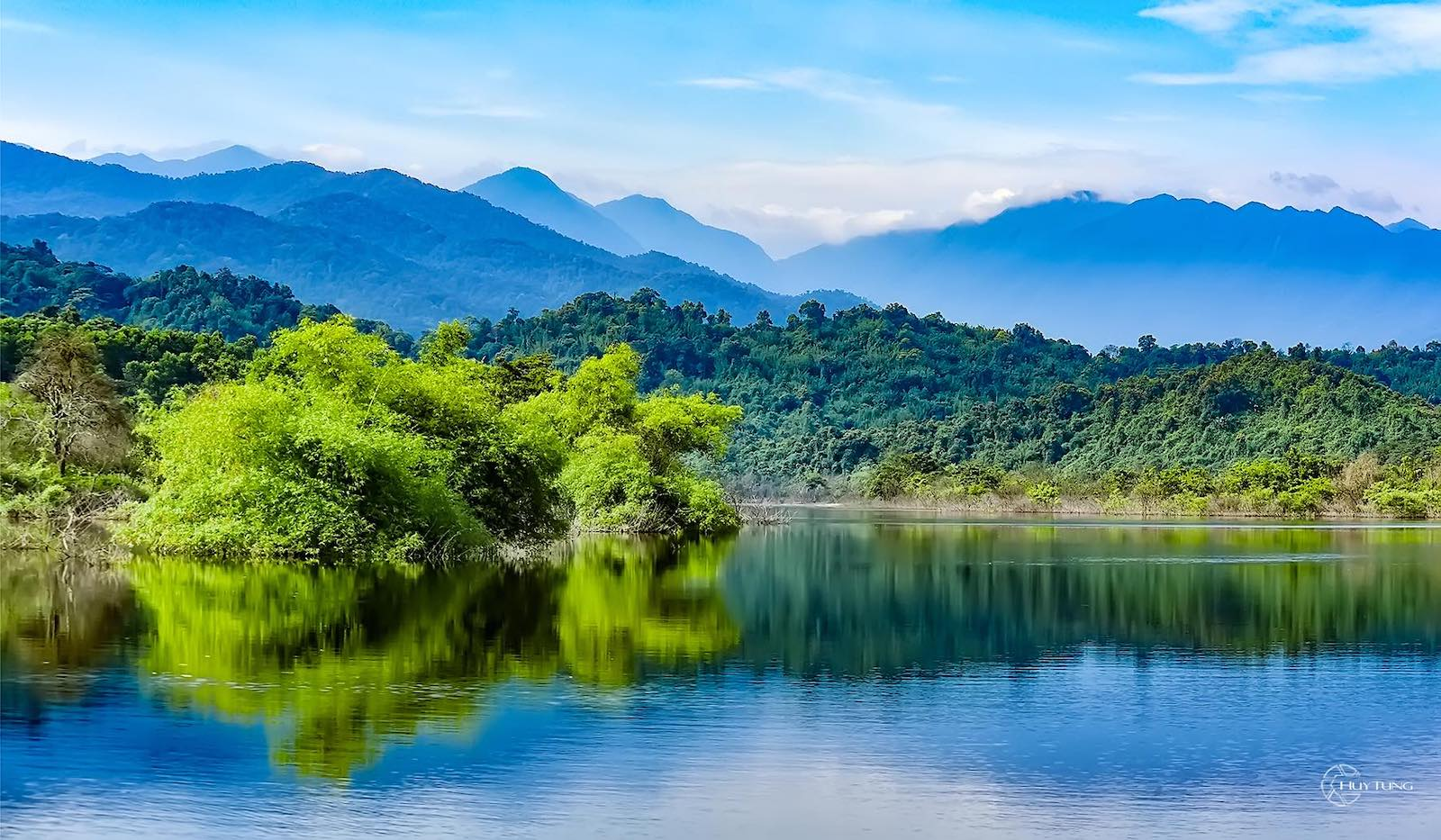 Image of a lake and mountains in Vu Quang National Park