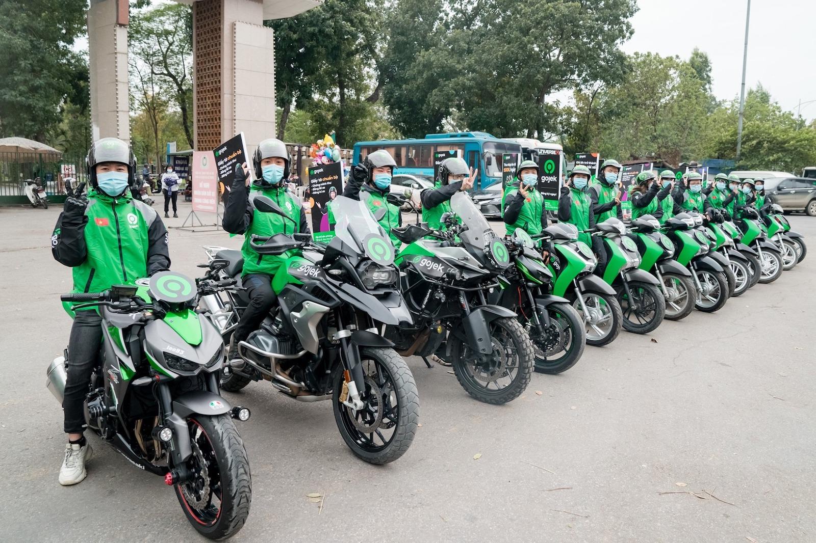 Image of Gojek motorbikes in a line