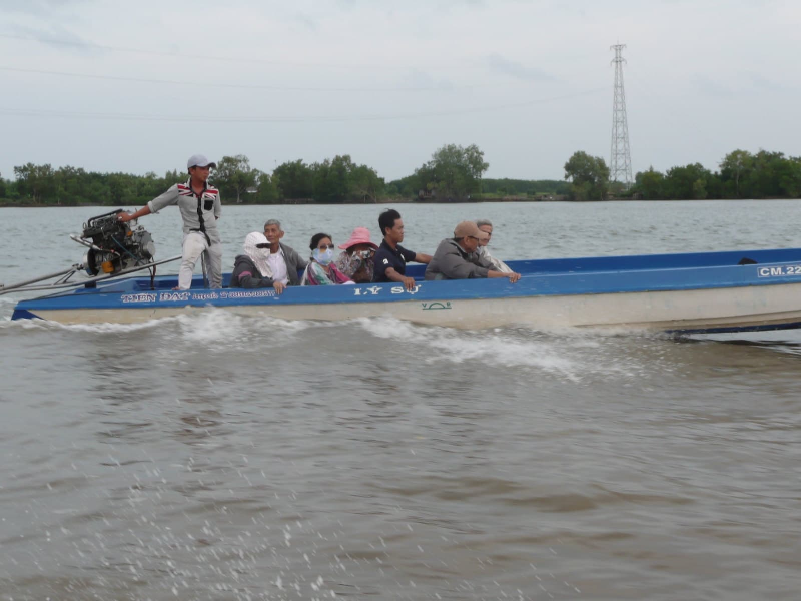 Image of people on a boat on the Lon River