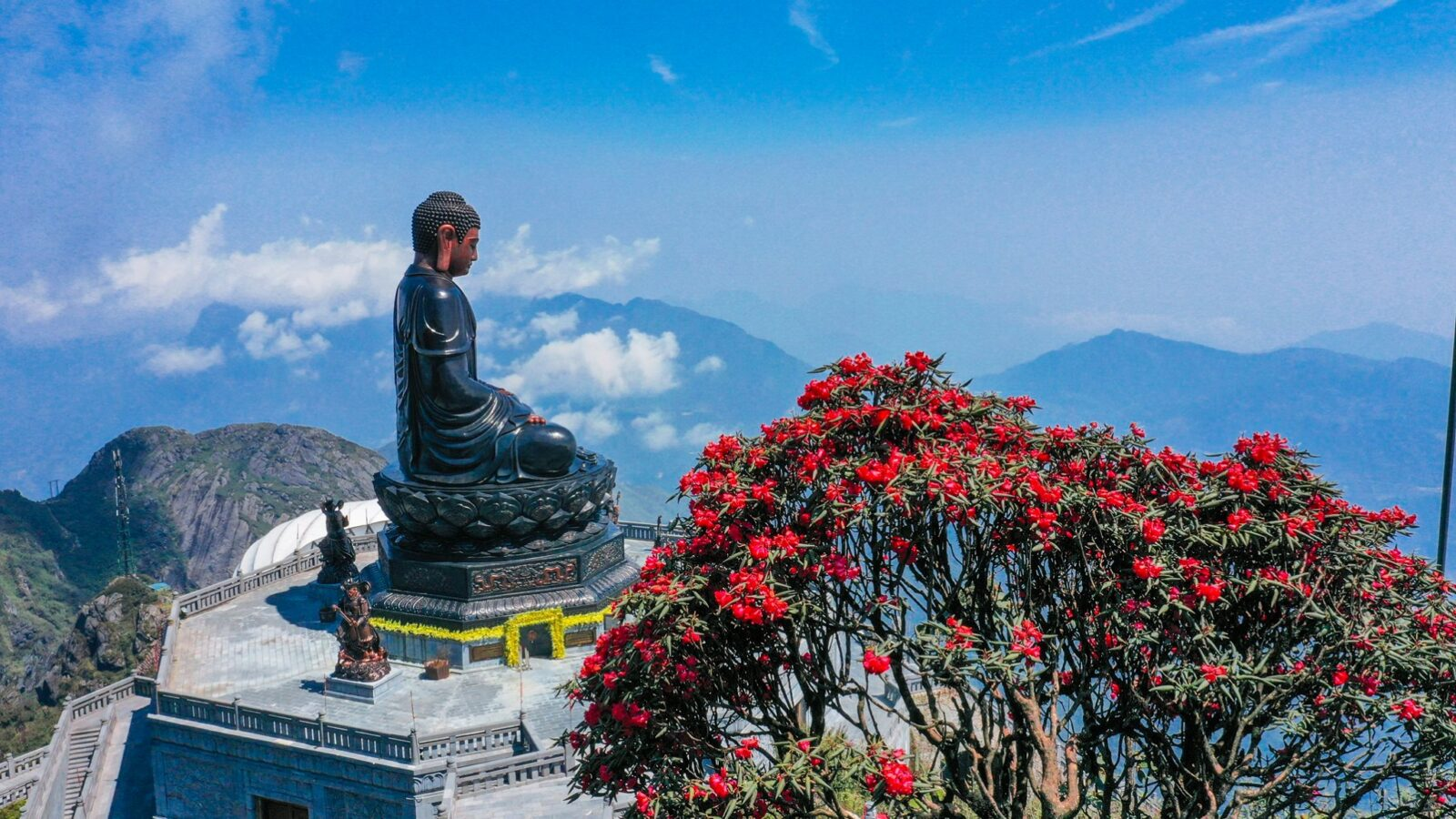 Image of a buddha statue at the top of Sun World Fansipan Legend in Sapa, Vietnam