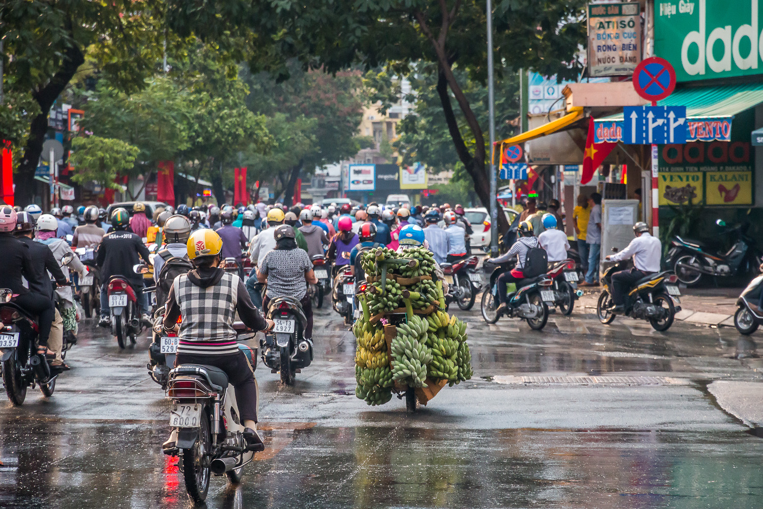 Image of traffic on a street in Vietnam