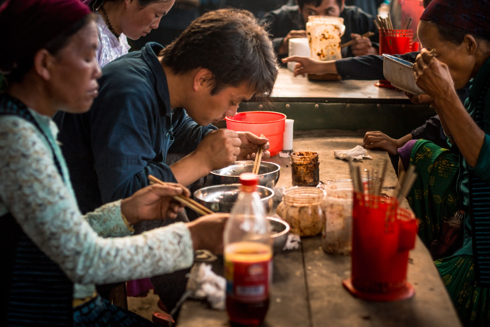 Image of people eating breakfast at a market in Meo Vac, Vietnam