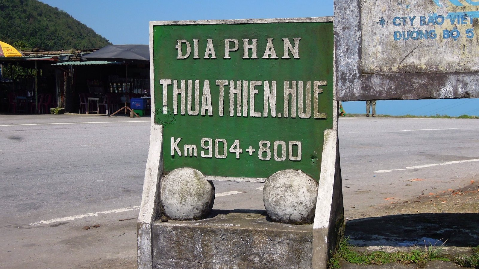 Image of a road sign on the Hai Van Pass